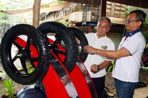 Direktur PT Multistrada Arah Sarana Tbk M Arief Sadikin (kiri) berbincang dengan Brand Manager Corsa Salomon Manalu tentang ban Corsa Cross S Dual di sela-sela peluncurannya, di Jakarta, Selasa (24/4/2018). - JIBI/Abdullah Azzam