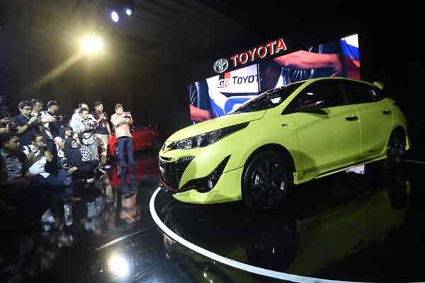Jurnalis memotret mobil Toyota New Yaris saat diluncurkan di Jakarta, Selasa (20/2). New Yaris yang tampil untuk memenuhi kebutuhan konsumen segmen medium hatchback hadir dengan 6 varian CVT dan MT yang dipasarkan dengan harga Rp235,4 juta - Rp275,9 juta.  - ANTARA
