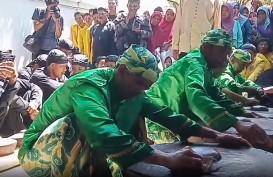 Warga Cirebon Berebut Air Bekas Cucian Gong Sekati Keraton Kanoman