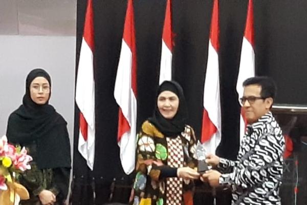 Direktur Maybank Kim Eng Sekuritas Indriastuti Widi Utami meresmikan peluncuran Sharia Online Trading System (SOTS) KE Trade PRO Syariah sambil memotong pita di Main Hall BEI, Rabu (6/11/2019). - Bisnis - Dwi Nicken Tari