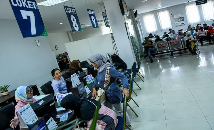 Pegawai melayani warga di kantor Badan Penyelenggara Jaminan Sosial (BPJS) Kesehatan Jakarta Timur, di Jakarta, Rabu (30/10/2019). Presiden Joko Widodo resmi menaikan iuran BPJS Kesehatan sebesar 100 persen yang akan berlaku mulai 1 Januari 2020 bagi Peserta Bukan Penerima Upah (PBPU) dan peserta bukan pekerja menjadi sebesar Rp42 ribu per bulan untuk kelas III, Rp110 ribu per bulan untuk kelas II dan Rp160 ribu per bulan untuk kelas I. - Antara