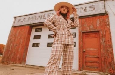 Fesyen Gaya Retro Bakal Tren, Begini Tips Padu Padannya
