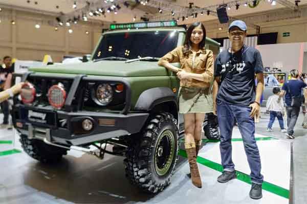 Pengunjung GIIAS 2019 berfoto dengan Suzuki Jumny. - BISNIS.COM/Doni