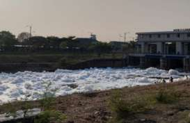 Busa di Banjir Kanal Timur Ternyata Limbah Detergen, Berbahayakah?