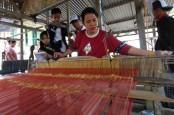 Menkop dan UKM Minta Perajin Songket Jangan Tergantung Bahan Baku Impor