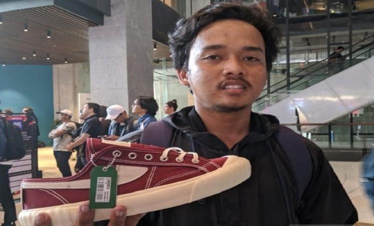Muhammad Gufron, pembeli asal Bekasi, bahkan rela menginap sejak Kamis (7/11/2019) malam di lantai bawah tanah gedung District 8 hanya demi mendapatkan kupon antrean pembelian sepatu edisi terbatas. - Antara