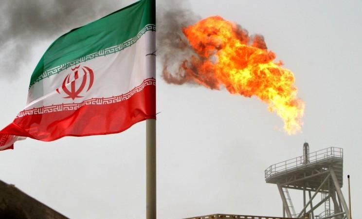 Ilustrasi-Bendera Iran berkibar di lapangan minyak Soroush di Teluk Persia, Iran, Senin (25/7/2005), - Reuters/Raheb Homavandi
