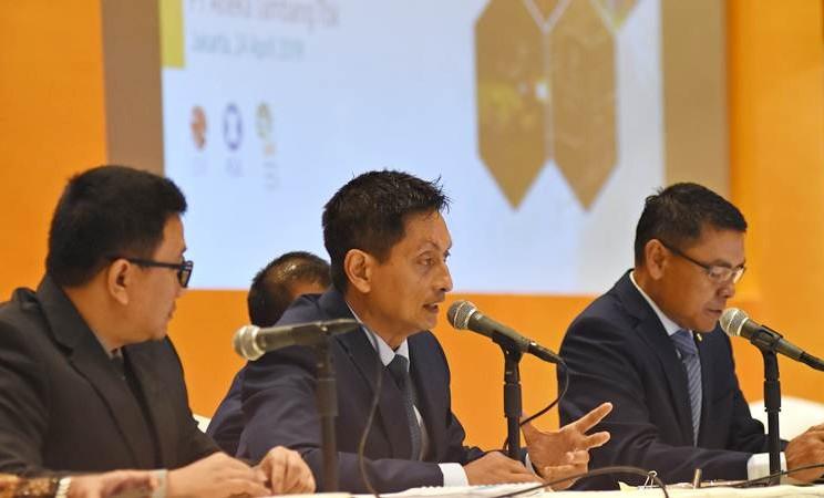 Direktur Utama PT Antam Tbk Arie Prabowo Ariotedjo (tengah) didampingi jajaran direksi memaparkan laporan kinerja saat konferensi pers RUPST tahun buku 2018 PT Antam Tbk di Jakarta, Rabu (24/4/2019). - ANTARA/Indrianto Eko Suwarso