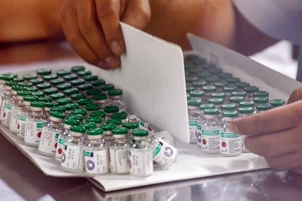 Pekerja melakukan pengemasan saat memproduksi vaksin di laboratorium milik PT Bio Farma, Bandung, Jawa Barat, Selasa (28/8/2018). - ANTARA/Raisan Al Farisi