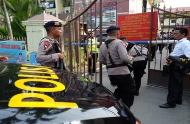 Petugas Puslabfor Observasi Lokasi Ledakan Bom Bunuh Diri di Polrestabes Medan