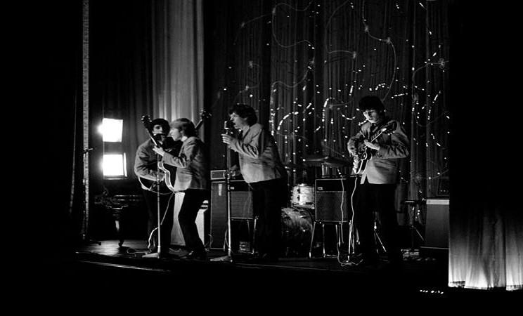 The Rolling Stones terlihat di atas panggung di lokasi yang tidak diketahui pada tahun 1963. Gambar-gambar Rolling Stones yang langka dari tahun 1963 akan dipajang di depan umum di London mulai 18 November hingga 2 Desember 2019. - Reuters