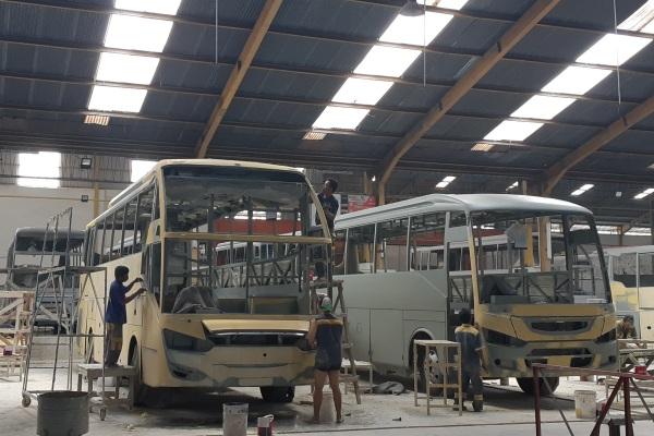 Suasana area pengecatan dasar di pabrik karoseri Laksana, Kab. Semarang, Jawa Tengah, Kamis (14/11/2019). - Bisnis/Ilman A. Sudarwan
