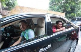 Kemudikan Mobil Dinas Sendiri, Wali Kota Solo Antarkan Sopirnya Berangkat Umrah