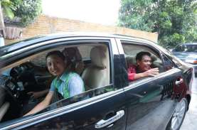 Kemudikan Mobil Dinas Sendiri, Wali Kota Solo Antarkan…