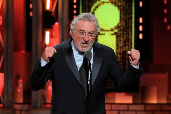 Aktor Robert De Niro berbicara sebelum penampilan Bruce Springsteen di acara Annual Tony Awards ke-72, 10 Juni 2018. - Reuters