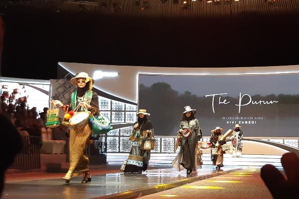 Fashion show yang menampilkan karya The Purun yang berkolaborasi dengan Vivi Zubedi dari IKRA Indonesia. Purun mulai dipadu padankan dalam busana di luar negeri. Novita Sari Simamora