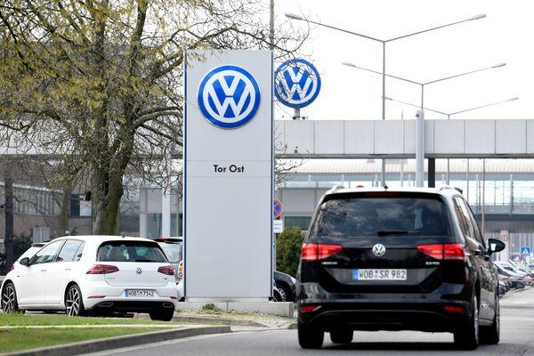 Logo Volkswagen terlihat di pabrik perusahaan di Wolfsburg, Jerman, Kamis (12/4). - Reuters/Fabian Bimmer