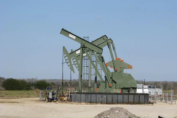 Sebuah soket pompa yang pernah digunakan untuk membantu mengangkat minyak mentah dari sumur Eagle Ford Shale, Dewitt County, Texas, Amerika Serikat. - Reuters