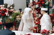Cantiknya, Desainer Dian Pelangi di Pernikahan Kedua