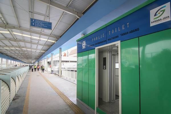 Sejumlah fasilitas toilet umum tersedia di area Skybridge atau Jembatan Penyeberangan Multiguna (JPM) Tanah Abang di Jakarta, Jumat (30/11/2018). - Antara