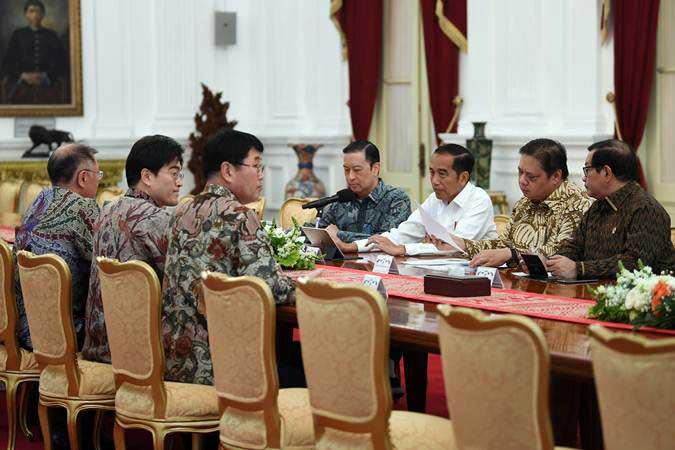 Presiden Joko Widodo (ketiga kanan) didampingi Seskab Pramono Anung (kanan), Menteri Perindustrian Airlangga Hartarto (kedua kanan) dan Kepala Badan Koordinasi Penanaman Modal Thomas Lembong (tengah) menerima Executive Vice Chairman Hyundai Euisun Chung (kiri) bersama pimpinan Hyundai Motors Group di Istana Merdeka Jakarta, Kamis (25/7/2019). - ANTARA/Wahyu Putro A