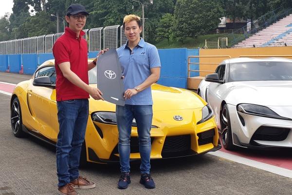 Marcus Gideon (kanan) menerima secara resmi Toyota Supra GR yang sudah dia pesan sejak setahun lalu. Marcus sudah menjajal mobil ini di Sirkuit Internasional Sentul, Rabu (20/11/2019) - Bisnis/Ilman A. Sudarwan