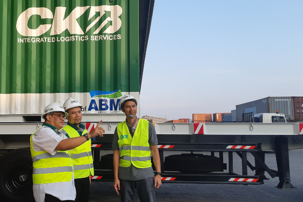 Jajaran manajemen Chief Administration Officer PT CKB Logistik Yushi T. Ismayudha (kiri), Senior Manager Warehouse PT CKB Logistik (tengah) Ferry Arrison dan Rindra Donovan, Corporate Secretary PT ABM Investama Tbk. (Kanan) saat menjelaskan tentang kawasan berikat perseroan pada Rabu (20/11/2019) di Surabaya, Jawa Timur. - Bisnis/Pandu Gumilar