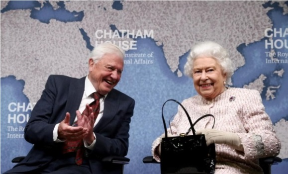Ratu Elizabeth dan Naturalis David Attenborough. Sumber: Reuters