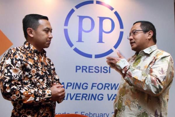 Direktur Utama PT PP Presisi Tbk Iswanto Amperawan (kanan) berbincang dengan Direktur Keuangan Benny Pidakso, sebelum konferensi pers di Jakarta, Senin (5/2). - JIBI/Endang Muchtar
