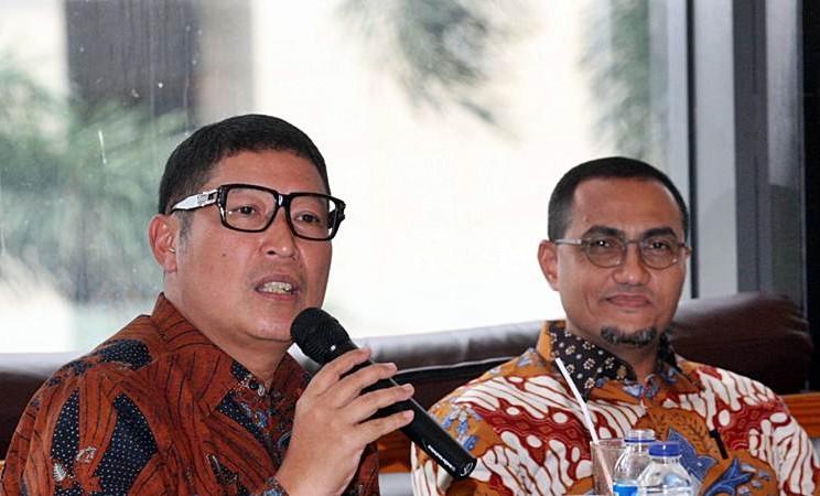 Direktur Utama PT Bursa Efek Indonesia (BEI) Inarno Djajadi (kiri) didampingi Direktur Hasan Fawzi memberikan penjelasan mengenai sejumlah tantangan yang dihadapi oleh pasar modal Indonesia, di Jakarta, Rabu (20/3/2019). - Bisnis/Dedi Gunawan