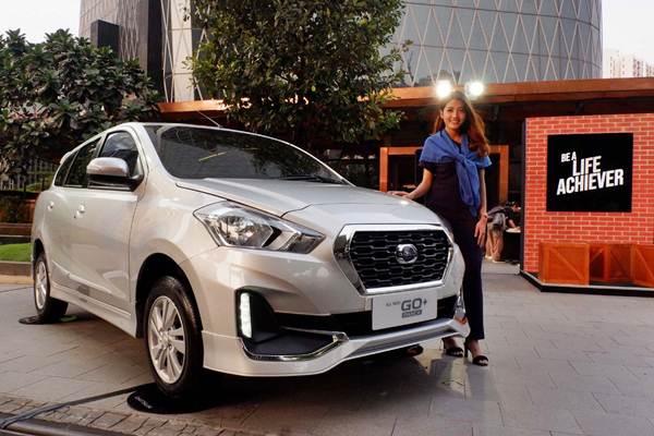 Model berpose di dekat mobil Datsun Go. - JIBI/Nurul Hidayat