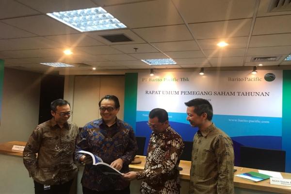 Direksi Barito Pacific berfoto usai rapat umum pemegang saham tahunan kinerja 2018 di Jakarta, Rabu (15/5/2019). - Bisnis/M. Nurhadi Pratomo