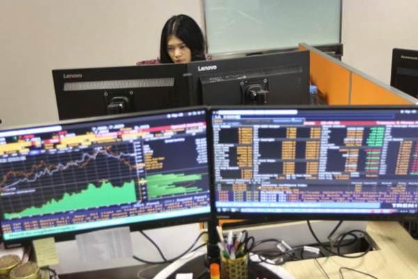 Karyawan memantau pergerakan Indeks harga saham gabungan (IHSG) di salah satu perusahaan manajer investasi, di Jakarta - Bisnis/Endang Muchtar