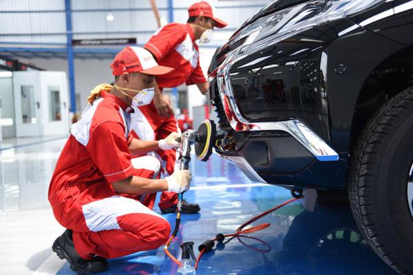 Proses perbaikan kendaraan di fasilitas resmi Mitsubishi Bodi & Cat di diler Mitsubishi BRA Semarang.  - MMKSI