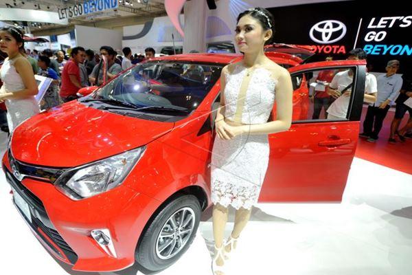 Pengunjung antusias memperhatikan mobil Toyota All New Calya. - Antara