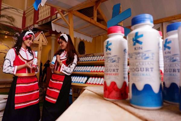 Model memperkenalkan minuman berbasis susu KIN Bulgarian Yogurt yang diluncurkan PT ABC Kogen Dairy, di Jakarta, Kamis (22/3/2018). - JIBI/Nurul Hidayat