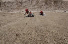 Antisipasi Tebing Longsor, HutamaKarya Datangkan Jerami dari Sumbar