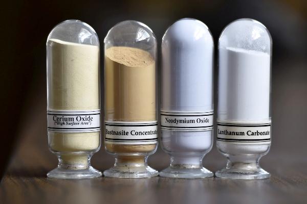 Sampel logam tanah jarang yang ditambang dari fasilitas Mountain Pass Rare Earth milik Molycorp di Mountain Pass, California, AS, Senin (29/6/2015). - Reuters/David Becker
