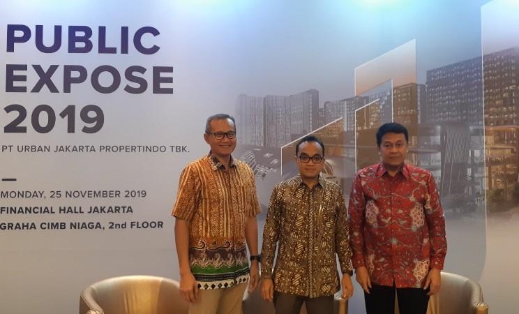 Presiden Direktur PT Urban Jakarta Propertindo Paulus Nurwandono (tengah) saat paparan publik perseroan terkait kinerja 2019 di Jakarta, Senin (25/11/2019). - Bisnis/Pandu Gumilar