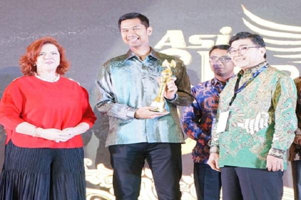 Manajemen PT ABM Investama Tbk. meraih penghargaan Gold Rating di ajang Asia Sustainability Reporting Rating (ASRRAT) 2019