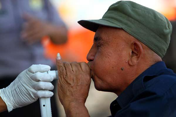 Petugas melakukan pemeriksaan kadar karbondioksida dalam paru-paru - Bisnis.com