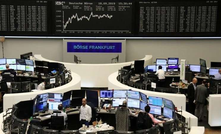 Grafik indeks harga saham Jerman DAX digambarkan di bursa saham di Frankfurt, Jerman, 18 September 2019. - Reuters