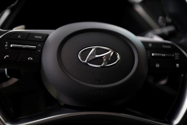 Logo Hyundai Motors terpampang dalam kemudi all-new Sonata yang dipamerkan di kantor pusat Hyundai di Seoul, Korea Selatan, Jumat (22/3/2019). - Reuters/Kim Hong Ji
