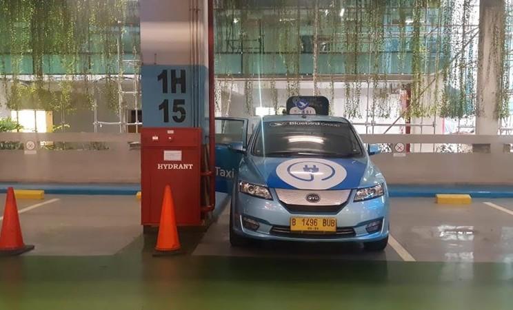 Taksi listrik Blue Bird tengah melakukan pengisian baterai di Bandara Soekarno-Hatta. - AP2