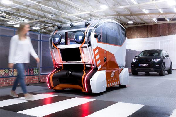 Pabrikan mobil Inggris terbesar ini memperkenalkan uji coba live mobil swakemudi dengan mata yang mempelajari pejalan kaki.  - JAGUARLANDROVER