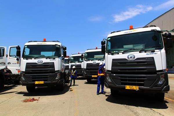 Petugas memeriksa truk di sela-sela serah terima armada terbaru PT United Tractors Tbk. kepada Puninar Group di Jakarta, Senin (28/8). - JIBI/Dwi Prasetya