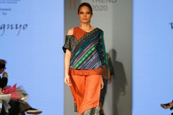 Desainer Wignyo Rahadi menggunakan ulos harungguan asal Tapanuli dalam rancangan dan peragaan busana di Jakarta Fashion Trend 2020