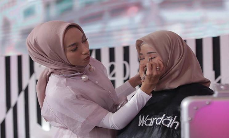 Instaperfect, tim profesional make up artist backstage Jakarta Fashion Week 2020, kembali memperkenalkan tren riasan untuk tahun depan bertema Beauty in Velocity. JIBI/Bisnis - Dionisio Damara