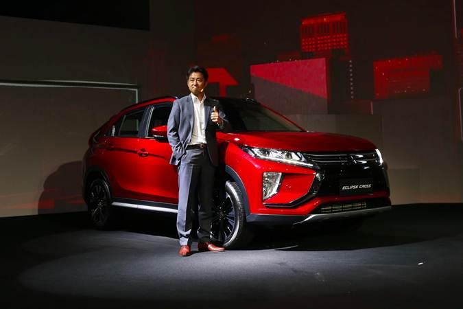 Presiden Direktur PT Mitsubishi Motors Krama Yudha Sales Indonesia (MMKSI) Naoya Nakamura berfoto di dekat mobil Mitsubishi Eclipse Cross di Jakarta, Selasa (9/7/2019). - Bisnis/Abdullah Azzam