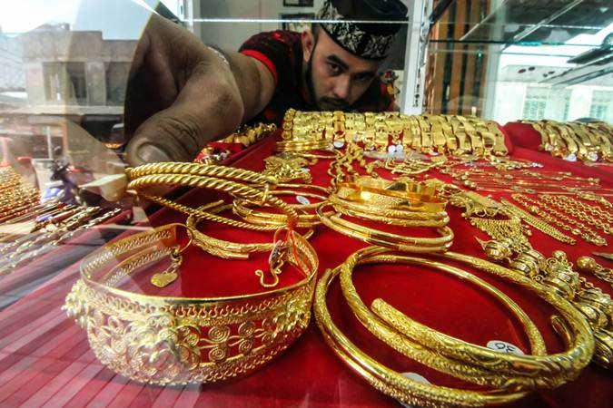 Pedagang menata perhiasan emas di sentral penjualan emas pusat Kota Lhokseumawe, Aceh, Senin (25/2/2019). - ANTARA/Rahmad